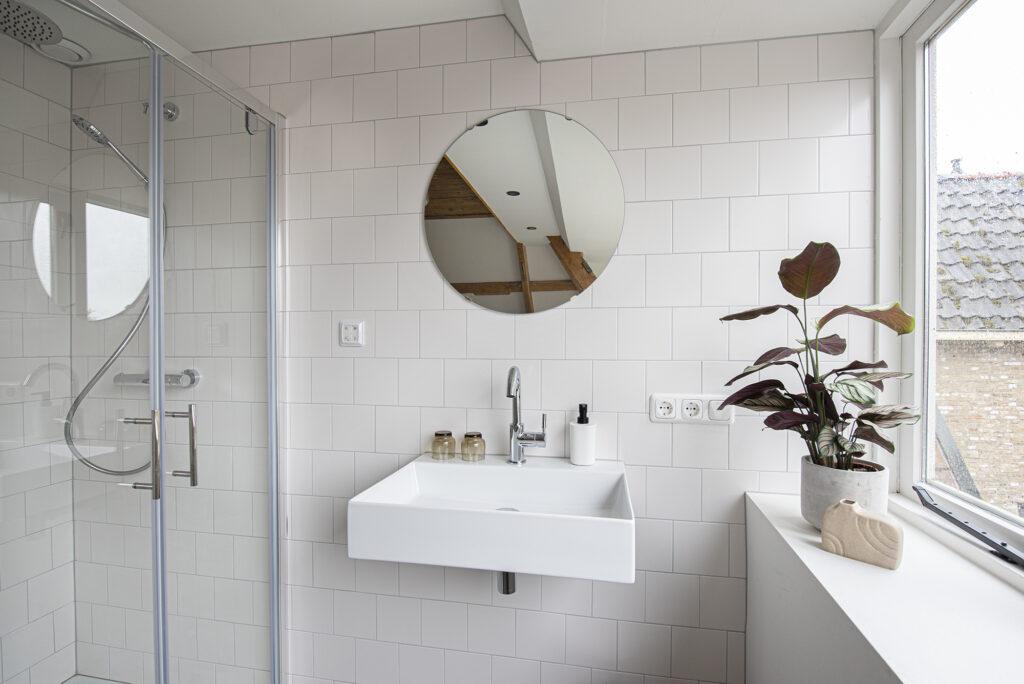 rechthoekige witte wastafel met ronde spiegel